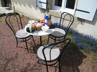 """un petit déjeuner ensoleillé sur une table """"bistrot"""""""