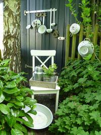 Einst die guten Küchenhelfer - heute ein toller Blickfang im Garten - altes Emaille von der Oma.  Offene Gartenpforte Sternschnuppe home & garden
