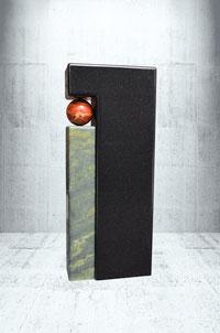 Grabstein mit roter Jaspis Kugel