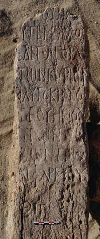 """Une des inscriptions découvertes dans le """"temple de Sérapis"""". Ecrit en grec durant les règnes de Septime Sévère et de Caracalla. Fin du IIe -IIIe siècle avant J.-C. (S.E. Sidebotham)"""