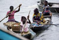 Femmes se rendant au marché à Ganvié