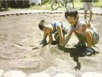 公園砂場。砂場で遊ぶ子ども