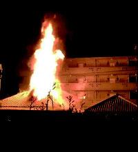 登野城の住宅で火災が発生し、火柱が高く上がった=27日午後7時ごろ、市内登野城(読者提供)