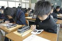 ニンテンドーDSを使い、漢字の勉強をする生徒たち(4月28日、大阪府池田市立細河中学校で)