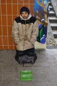 Bettler in Nürtingen, der ausschließlich für sein Kind, seine Frau und sich bettelt, Foto: Manuel Werner, alle Rechte vorb.