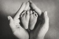 Eltern sehen ihr neugeborenes baby an und halten es