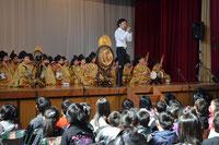 「越天楽幻想曲」を演奏する東儀さんと部員たち=岡崎市矢作北小学校で