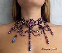 photo d'un collier choker victorien porté par une jeune fille, couleur prune en cristal Swarovski et argent