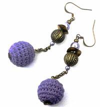 photo de boucles d'oreilles en métal bronze avec perles ne laiton et en verre nacré mauve et pendants perles crochet mauves