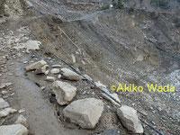 山肌を削って造られるルンブール谷のジープ道路