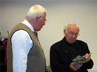 Kreisheimatpfleger Hans Wrba (links) und Pfarrer i. R. Raimund Arnold beim Fachsimpeln