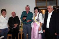 Die beiden Geistlichen, die bisherige Weinkönigin Gertraud Maier und Chorleiterin Lissa Laubmeier gratulierten dem neuen König.