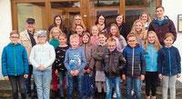 Die Kinder und Jugendlichen aus der Pfarreiengemeinschaft Waldmünchen-Ast mit Pastoralreferent Martin Kowalski.