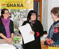 Stephanie Mauerer und Lissa Laubmeier bedankten sich bei Irmgard Hilmer für den Einblick in Pfarrer Renners Arbeit in Ghana.