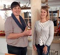 Martina Ried bedankte sich mit einem Glas Honig bei Karin Schlag.