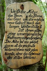 Holztafel am Literaturweg auf dem Sturm-Archehof