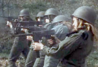 Femmes s'entrainant aux mitraillettes