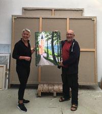 """Angermann und Leicht halten das 2019 speziell für die Ausstellung geschaffene Werk """"Maria Hilf"""", Foto: Renate Angermann"""