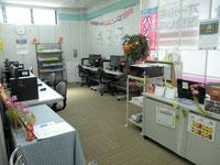 サロンもある明るい教室です