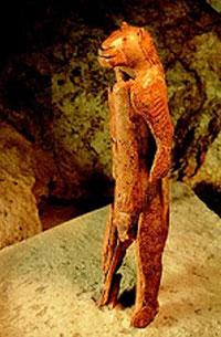 Löwenmensch-Skulptur aus der Hohlenstein-Stadel-Höhle; Mammut-Elfenbein, ca. 30 cm hoch. Foto: Sammlung Prof V. Geist