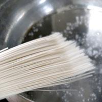 素麺を固めにゆでます