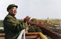 Mao preside un desfile en la plaza de Tiananmen.