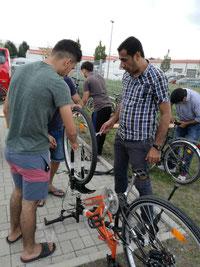 Die mobile Fahrradwerkstatt in der Unterkunft Karlsbaderstraße.                                              Foto: Mechthild Schmölders