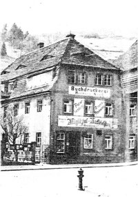 """In der Mansarde dieses Hauses war von 1845-1865 der Firmensitz der """"Uhrenfabrik Lange"""" und von 1865-1874 der von """"A. Lange & Söhne""""."""