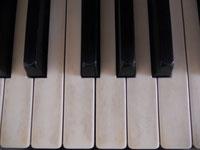 鍵盤は象牙。古いピアノでした。