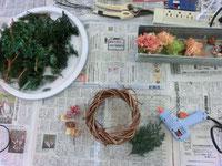 リースの台に、グルーガンでモミの枝や花を飾り付けていきます★