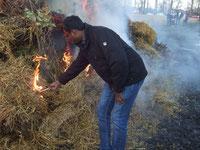 Auch Pater Rajakumar zündet das Osterfeuer an - Foto: HPD