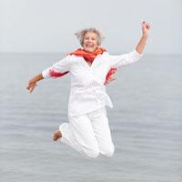 aktive Seniorin macht einen Luftsprung