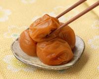 琥珀 塩分約8% はちみつで包んだ食べやすいフルーティーな味わいの梅干