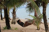 Genießen Sie entspanntes Inselhopping in Thailand in der Andaman See.