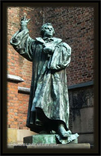 ein jüngerer Martin Luther an Hannovers Marktkirche
