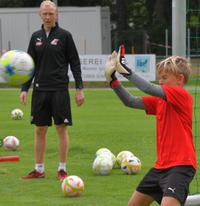 LAZ Wels Trainer Valentin Kronberger blickt gespannt auf die tollen Aktionen!  Foto: Willi Hitzenberger