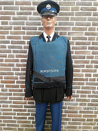 Wachtmeester der Rijkspolitie 1e klasse, 1978 - 1985, met kogelwerend vest