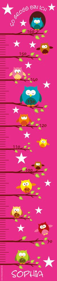 mit Namen  personalisierbare Kindermesslatte mit lustigen bunten Eulen auf kleinen Ästen und Sternen -  auf Posterpapier gedruckt oder als Wandaufkleber
