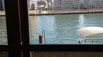 会場の部屋から隅田川が見えます