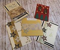 Weihnachtskarten auf Holzboden gold, silber, schwarz, beige, rot, grün