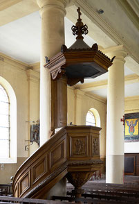 La chaire du 18e siècle, restaurée par les frères Duthoit