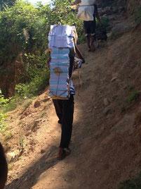 被災した山奥の学校へ途中から歩いて荷物を運ぶ