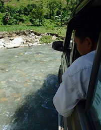 車で川も渡る