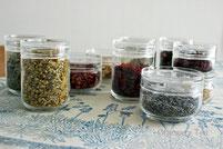 花、葉などのハーブ素材や、マテ茶、ルイボスなども紹介