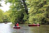 Menschen fahren in Paddelbooten auf einem See im Tiergarten. Foto: Helga Karl
