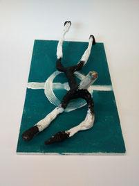 Fallende Figur auf Fußballfeld im Stil von Alberto Giacometti.