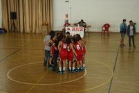 Les cadets femenines, després del seu partit, al centre del camp per cridar i saludar l'afició.