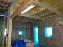 柱間に断熱材入る。その上に防湿気密シートを貼る。