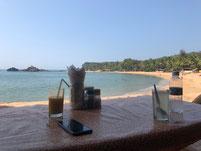 viele Cafés am Strand