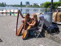 Sogar mit Harfen Musik